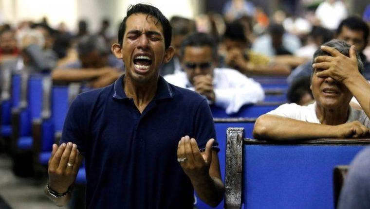 Hombres y mujeres, cada uno por su lado ya que las normas dicen que no pueden orar juntos, iniciaron una vigilia de 24 horas por la liberación del líder de la iglesia, detenido este martes. AFP