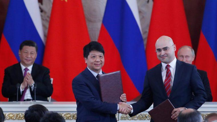 El vicepresidente de Huawei, Guo Ping, selló el miércoles el acuerdo con el presidente de la operadora rusa MTS, Alexei Kornya.