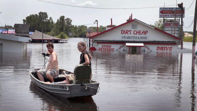 Residentes de Missouri usan un bote para regresar a casa ante la continua crecida del río Mississippi. GETTY IMAGES