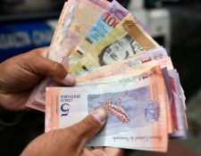 Menos de un año después de la introducción de un nuevo cono monetario en el que se le quitaron cinco ceros al bolívar, las autoridades venezolanas introducen nuevos billetes con una denominación mucho más alta.