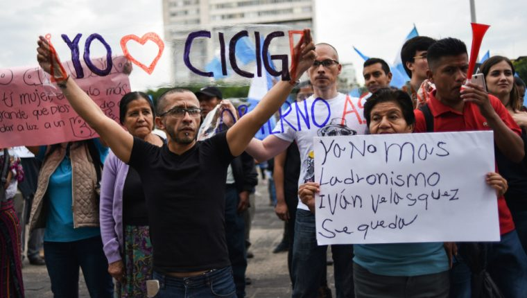 Un hombre muestra un letrero en una de las manifestaciones a favor de la Cicig que se organizaron en la ciudad de Guatemala. (Foto Prensa Libre: Hemeroteca)