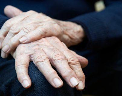 La enfermedad de Parkinson es un trastorno del movimiento y se caracteriza por un temblor en las manos y otras partes del cuerpo. La edad promedio de inicio es a los 60 años, pero a veces ocurre antes.