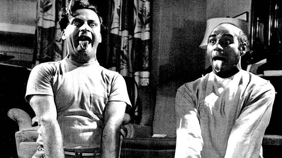 El concierto que el gigante musical Yehudi Menuhin dirigió parado de cabeza (y qué tiene que ver con que millones hagan yoga en Occidente)
