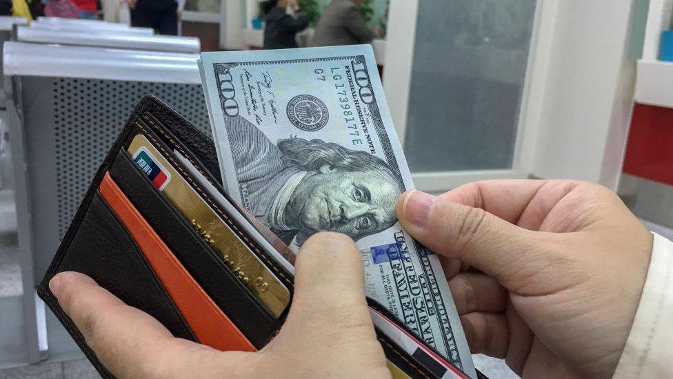 El experimento que muestra que la gente devuelve más las billeteras perdidas con dinero… excepto en dos países latinoamericanos