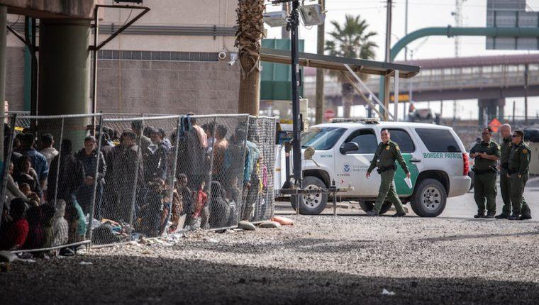 Desbordados, los centros de detención de migrantes en EE.UU. generan una creciente polémica.