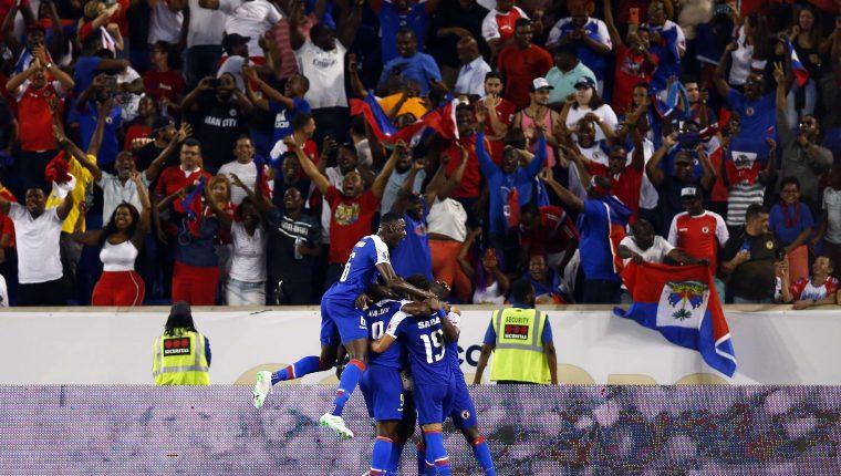 Así festejaron los jugadores de Haití. (Foto Prensa Libre: AFP)