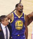 Kevin Durant #35, de   Golden State Warriors abandona el partido después de volverse a lesionar. (Foto Prensa Libre: AFP).