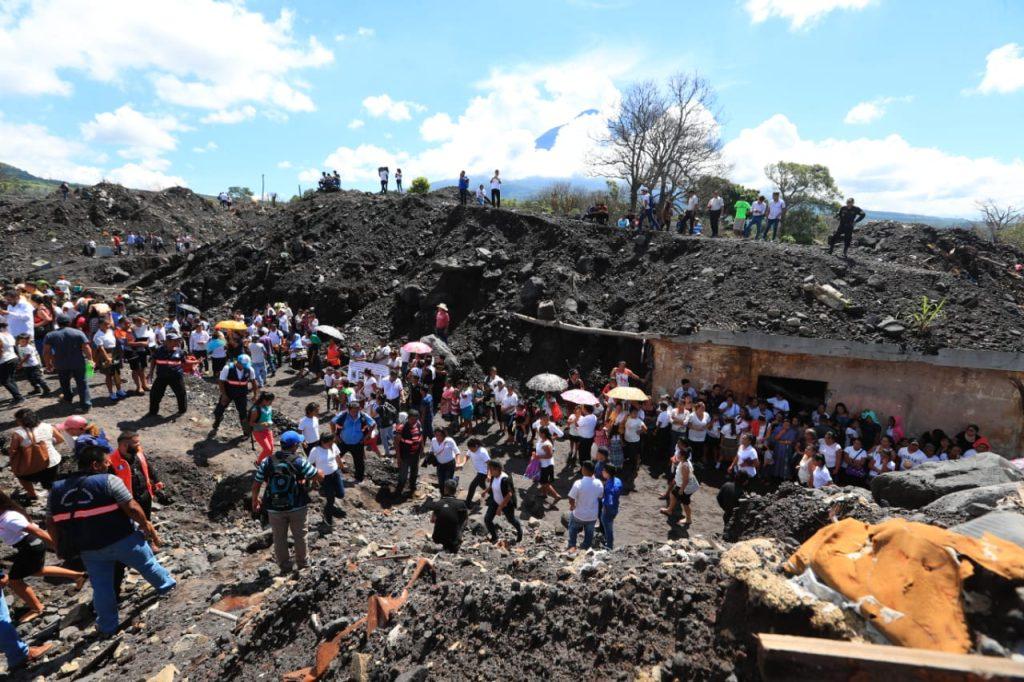 Cientos de personas caminaron hacia la aldea San Miguel Los Lotes para recordar a las víctimas de la tragedia del Volcán de Fuego. Foto Prensa Libre: Carlos Hernández