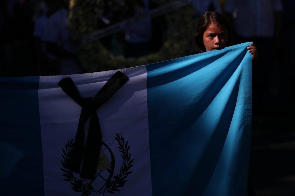 Niños portaron una bandera de Guatemala al inicio de la caminata.Foto Prensa Libre: Carlos Hernández