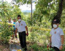 Los Bomberos Voluntarios localizan el cuerpo sin vida de Rosa Larios Saquin de 12 años. (Foto Prensa Libre: Bomberos Voluntarios)