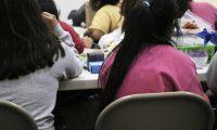Menores reciben clases mientras se desarrolla su trámite para traslado hacia un patrocinador, que en su mayoría son familiares. (Foto Prensa Libre: Tomada del Departamento de Salud y Servicios Humanos)