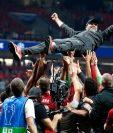 El entrenador alemán Jürgen Klopp es cargado por sus jugadores tras haber ganado la Champions. (Foto Prensa Libre:  EFE)