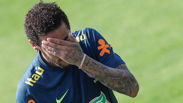 El delantero de la selección brasileña de fútbol, Neymar, participa en un entrenamiento. (Foto Prensa Libre: EFE)