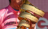 -FOTODELDIA- epa07620539 Ecuadorian rider Richard Carapaz of Movistar team celebrates with the trophy his overall win after the 21st and last stage of the Giro d'Italia cycling race, in Verona, Italy, 02 June 2019. EPA/ALESSANDRO DI MEO