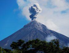 Vista del Volcán de Fuego en la que se puede observar la fumarola a varios kilómetros. (Foto Prensa Libre: EFE)
