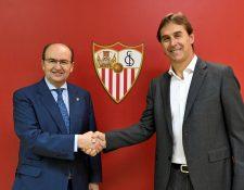 El presidente sevillista, José Castro estrecha la mano a Julen Lopetegui, como nuevo entrenador del club Sevilla. (Foto Prensa Libre: EFE)