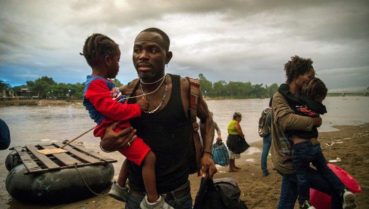 Migrantes africanos ingresan a territorio mexicano utilizando el cruce del río Suchiate, que delimita la línea fronteriza con México y Guatemala. (Foto Prensa Libre: EFE)