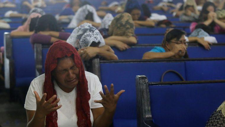 Fieles de la iglesia mexicana La Luz del Mundo en la Ciudad de México oran por la liberación de cargos de su líder religioso Naasón Joaquín García.  (Foto Prensa Libre: EFE)