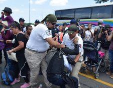 Agentes del Instituto Nacional de Migración (INAMI) y policías federales detienen a migrantes centroamericanos este 5 de junio en Tapachula. (Foto Prensa Libre: EFE)
