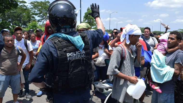 Elementos del Instituto Nacional de Migración (INAMI), y policías federales detienen a migrantes centroamericanos  en la ciudad de Tapachula en el estado de Chiapas, México. (Foto Prensa Libre: EFE)