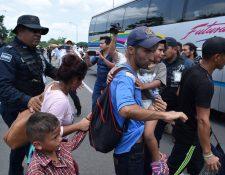 Personal del Instituto Nacional de Migración (INAMI), y policías federales detienen a migrantes centroamericanos en la ciudad de Tapachula, Chiapas. (Foto Prensa Libre: EFE)