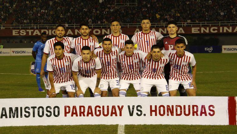 Jugadores de la selección paraguaya posan este miércoles en el partido amistoso entre Paraguay y Honduras, en el estadio Antonio Aranda de Ciudad del Este (Paraguay). (Foto Prensa Libre: EFE)