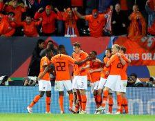 Los jugadores de Holanda celebran la clasificación a la final. (Foto Prensa Libre: EFE)
