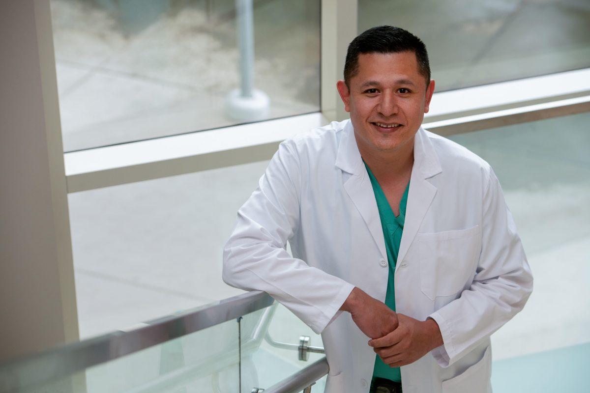 Cómo un pandillero logró convertirse en médico que ahora hace cirugías de corazón