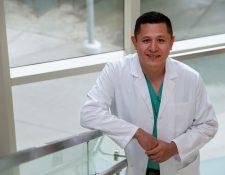 Luis Godoy fue pandillero en la adolescencia, pero se  especializa en cirugía cardiotorácica en un hospital de California. (Foto Prensa Libre: EFE)
