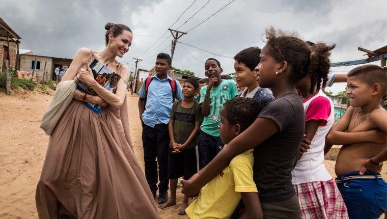 Angelina Jolie habla con niños, que huyeron de Venezuela, en Riohacha, Colombia, donde evalúa la respuesta humanitaria al éxodo de refugiados y migrantes venezolanos. (Foto Prensa Libre: EFE)