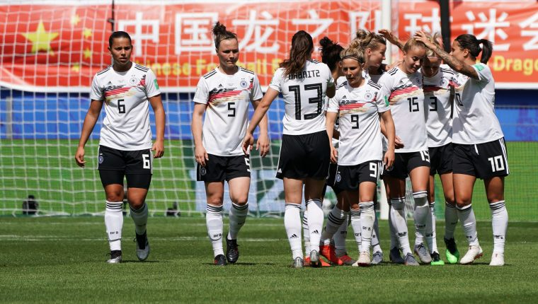 Las jugadoras de Alemania, festejan durante el partido contra China. (Foto Prensa Libre: EFE)