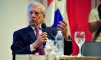 Mario Vargas Llosa durante la charla en el Pabellón de República Dominicana de la Feria del Libro (Foto Prensa Libre: EFE/Diego Pérez Cabeza)