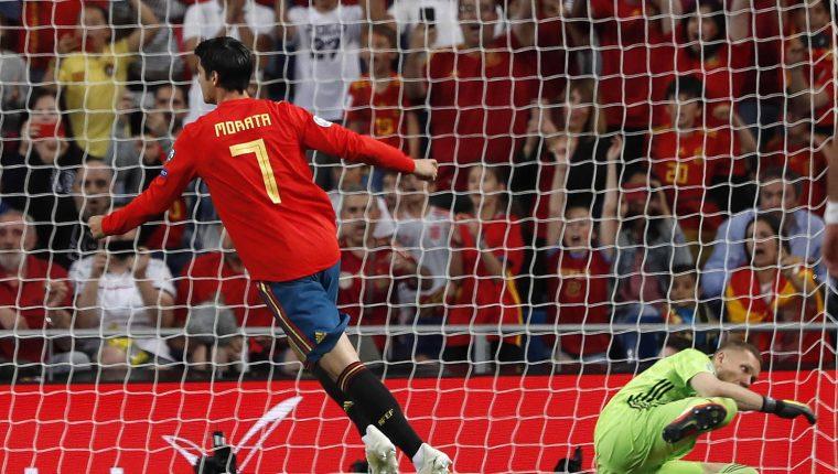 El delantero de la selección española, Álvaro Morata (i), tras marcar de penalti el segundo gol del combinado español, durante el encuentro correspondiente a la fase de clasificación para la Eurocopa 2020.(Foto Prensa Libre: EFE/Javier Lizón.)