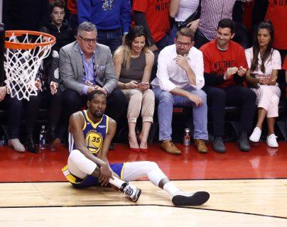 Kevin Durant se volvió a lesionar y ha sufrido ver a sus compañeros pelear la final de la NBA. (Foto Prensa Libre: EFE)