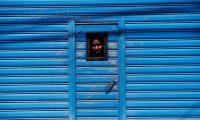 """FOTODELDÍA - GUATEMALA MIGRACIÓN. GU1001. CIUDAD DE GUATEMALA (GUATEMALA), 10/06/2019.- Vista de un migrante este lunes en el albergue general de Migración de la zona 5 de Ciudad de Guatemala (Guatemala). """"Guatemala tiene un corazón duro. Nos trata como delincuentes"""". Landiana Caria Vastie tiene el verbo agrio. Hace tres meses que ha salido de Chile para llegar a México, pero el Gobierno guatemalteco quiere devolverlo a la frontera de Honduras, por donde entró junto a más de 140 personas. Este joven, de nacionalidad haitiana, solo quiere una oportunidad de vida. Y dice que no está dispuesto a regresar a la miseria. EFE/Esteban Biba"""