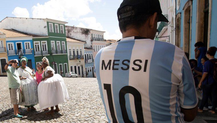 Un hombre con la camiseta del argentino Messi pasea este martes por el Pelourinho, centro histórico de Salvador.  (Foto Prensa Libre: EFE)