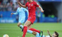 EPA7713. REIMS (FRANCIA), 11/06/2019.- Samantha Mewis (izq) de Estados Unidos disputa el balón con Ainon Phancha (dcha) de Tailandia durante un partido de la Copa Mundial Femenina de la FIFA 2019 entre Estados Unidos y Tailandia, este martes, en Reims (Francia). EFE/Tolga Bozoglu