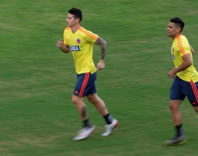 Los jugadores de la selección Colombia  James Rodríguez  y Radamel Falcao durante el entrenamiento de su selección. (Foto Prensa Libre: EFE)