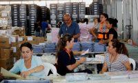 Personal del Tribunal Supremo Electoral (TSE) continúa este martes con el embalaje de las papeletas para las elecciones generales del próximo domingo 16 de junio, (Foto Prensa Libre: EFE/Esteban Biba)