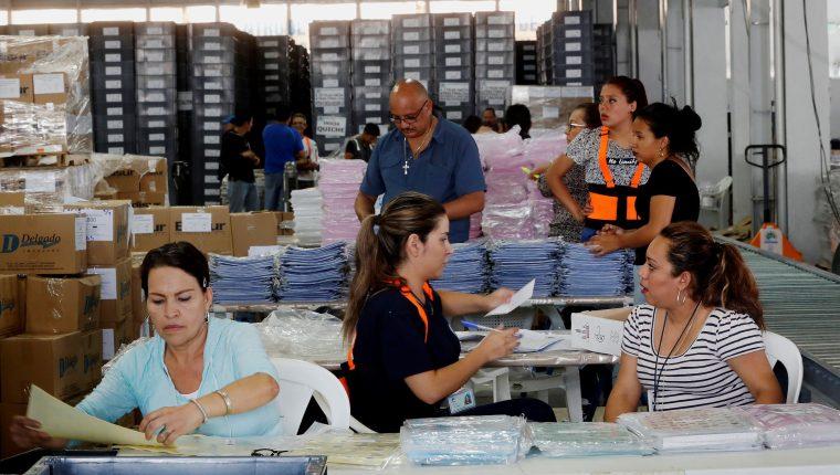 Personal del Tribunal Supremo Electoral (TSE) continuaba el 11 de junio con el embalaje de las papeletas para las elecciones generales del 16 de junio. (Foto Prensa Libre: EFE).