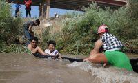 MEX000.CIUDAD JUÁREZ(MÉXICO),11/06/2019.- Migrantes centroamericanos cruzan el Río Bravo debajo del puente Internacional en la fronteriza Ciudad Juárez, en el estado de Chihuahua (México) hoy, martes 11 de junio de 2019. El canciller Marcelo Ebrard apostó este martes por que el Gobierno mexicano logrará la reducción del flujo migratorio exigida por Estados Unidos en un plazo de 45 días, fijado por el presidente Donald Trump en el acuerdo migratorio que se concretó el pasado viernes en Washington. EFE/David Peinado