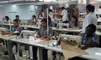 MED108- CALI (COLOMBIA), 13/06/2019. - Un grupo de mujeres trabaja en el taller de la diseñadora colombiana Johanna Ortiz este jueves en Cali (Colombia). La edición número 30 de la feria Colombiamoda, la más importante del sector textil-confecciones del país, abrirá el próximo 22 de julio con una pasarela de Johanna Ortiz, quien ha logrado que su marca se posicione como un referente del sector en el país, informaron este jueves los organizadores. EFE/David Casasús Márquez.