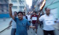 EPA3108. PATAN (NEPAL), 14/06/2019.- Indígenas nepalíes del pueblo Newar portan antorchas durante una protesta en Patan (Nepal), este viernes. El proyecto de Ley Guthi, que prevé la nacionalización de las tierras y los fideicomisos de la antigua comunidad Newar ha provocado hoy la protesta de esta histórica civilización nepalí, que asegura que esto amenaza su patrimonio. EFE/ Narendra Shrestha