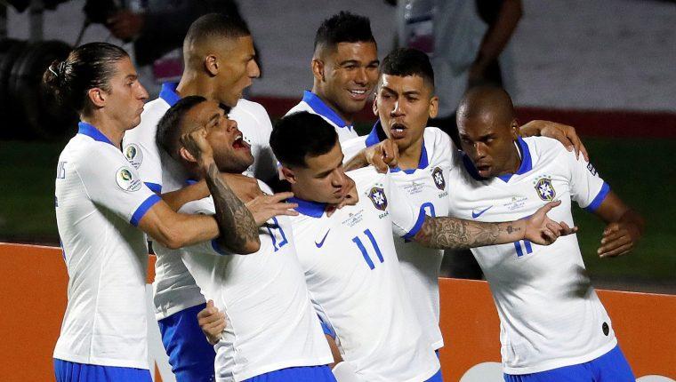 El jugador de Brasil Philippe Countinho (c) celebra con sus compañeros luego de anotar en el partido inaugural entre Brasil y Bolivia del Grupo A en la Copa América. (Foto Prensa Libre: EFE)