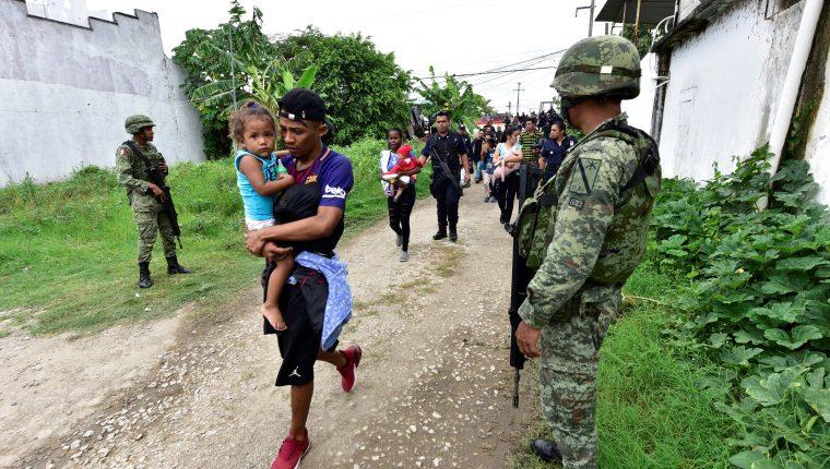 Miles de migrantes emprenden un camino hacia Estados Unidos acompañados con menores. (Foto Prensa Libre: EFE)