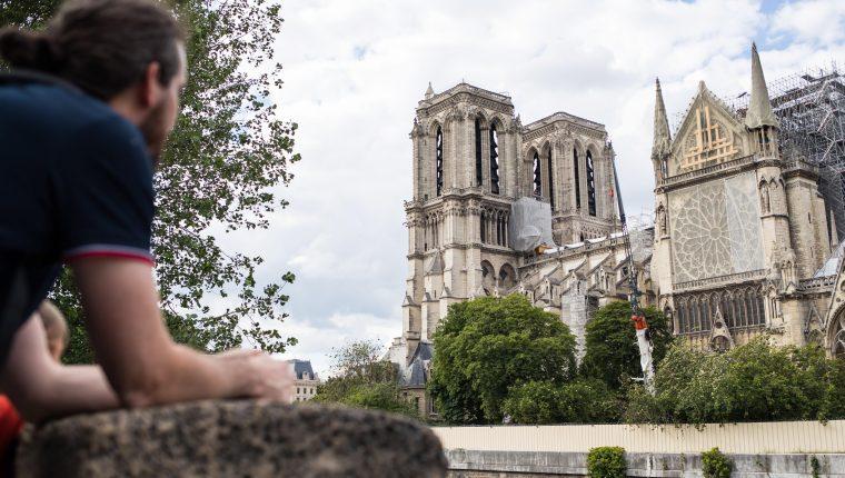 La catedral parisina de Notre Dame albergó su primera misa,  aun con andamios tras el incendio que devastó su cubierta. (Foto Prensa Libre: EFE)