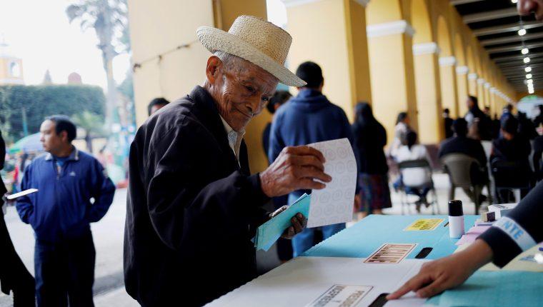 Tereso Guerra, de 85 años, fue el primero en llegar a un centro de votación en el municipio indígena de San Juan Sacatepéquez el domingo 16 con motivo de las elecciones generales de Guatemala. (Foto Prensa Libre: EFE).
