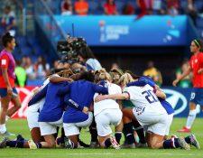 La selección de Estados Unidos celebró su clasificación a la siguiente ronda. (Foto Prensa Libre: EFE)