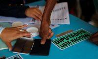 AME4073. CIUDAD DE GUATEMALA (GUATEMALA), 16/06/2019.- Un hombre que no sabe leer ni escribir marca el dedo como firma después de votar durante las elecciones generales de este domingo, en Ciudad de Guatemala (Guatemala). Más de 8 millones de guatemaltecos están llamados a las urnas este domingo para elegir a sus próximas autoridades, entre ellos al presidente y vicepresidente, 160 diputados al Congreso, 20 al Parlamento Centroamericano y 340 corporaciones municipales. EFE/ Esteban Biba