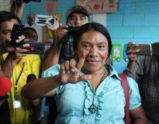 Thelma Cabrera al emitir su voto en El Asintal, Retalhuleu, en domingo 16 de junio. (Foto Prensa Libre: EFE).